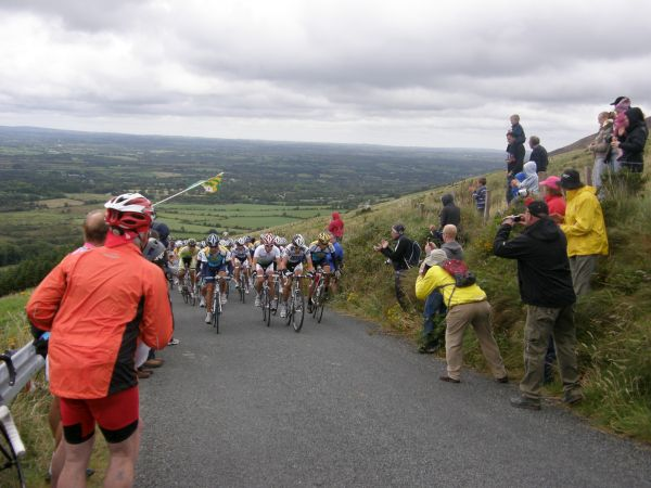 The Peleton climbing to the top of Clara. The gradient of the climb is clearly visible in the background.