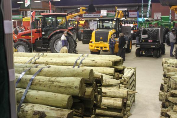 0106-FarmMachineryShow2011