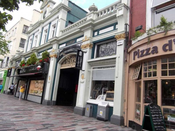 While in Cork today I paid a brief visit to the famous English Market in the city where I got to meet the renowned Pat O'Connell whose superbly cheerful photograph with Queen Elizabeth on her Irish visit became the truly iconic image of that historic trip.   The world famous image was recorded by the very marvellous Killarney Photographer, Valerie O'Sullivan.   Many thanks to the very friendly Pat for permitting us to feature him on our website.   A true gentleman and an excellent Ambassador for Cork...and Ireland!  ( S.R.)