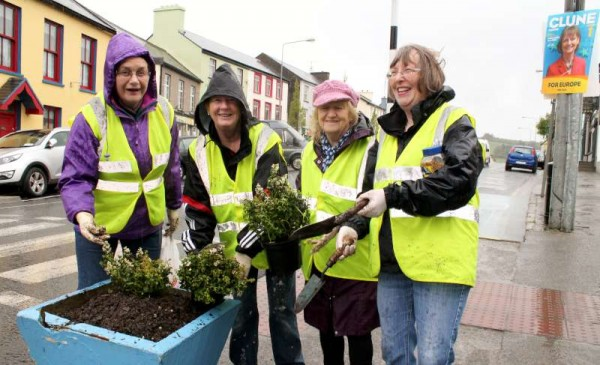 2Millstreet Tidy Towns Planting on Monday Morning -800