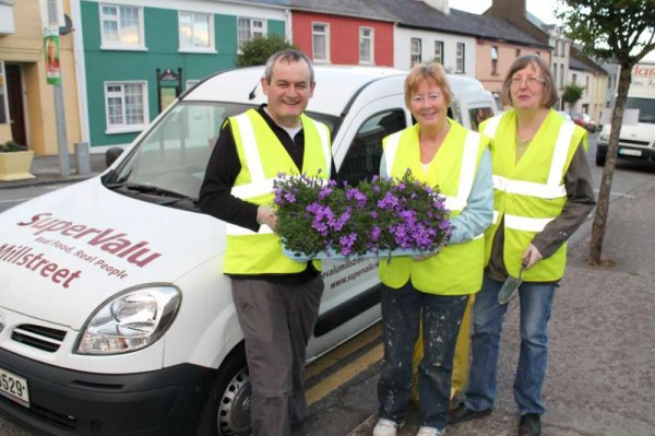 6Millstreet Tidy Towns in action Summer 2014 -800