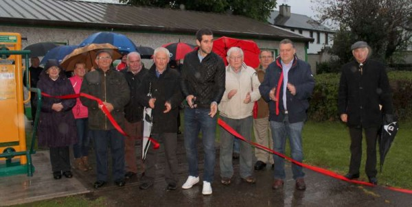 GAA Sportsman Supreme, Mark Ellis offically opens the hugely impressive Outdoor Gym's 24 Units at Millstreet Town Park on Friday, evening, 1st May 2015.  MC Noel Collins (on right of Mark) delivered an outstanding address in which he paid very special tribute to the late Town Park Members whose vision and dedication brought our wonderfully superb People's Park to reality.   Lots more pictures to follow later.  Click on the images to enlarge.  (S.R.)
