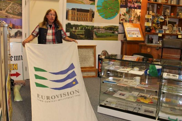 4Michael Kennedy presents Eurovision Flags to Museum -800