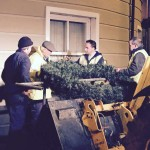 2015-12-01 Putting up the Christmas Lights 01 - The wreath on the Credit Union