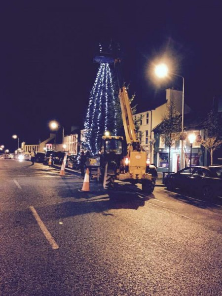 2015-12-01 Putting up the Christmas Lights 02 - tree in the square