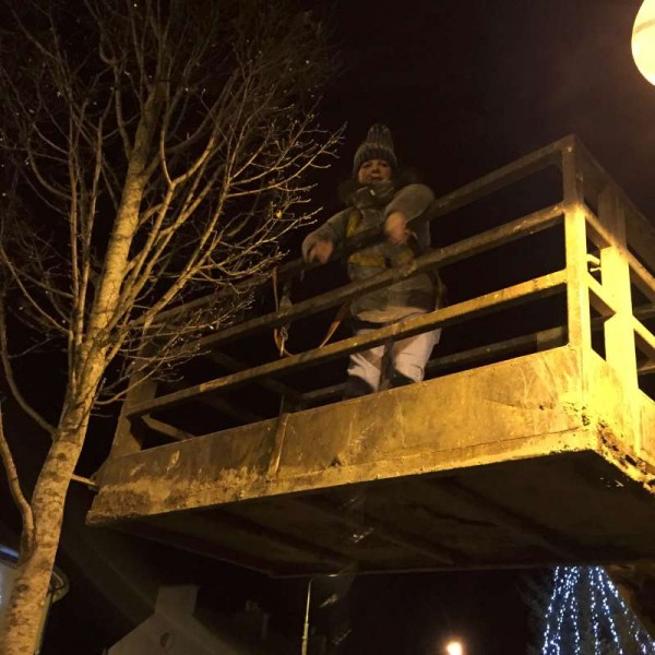 2015-12-01 Putting up the Christmas Lights 1603 - Nicola up high