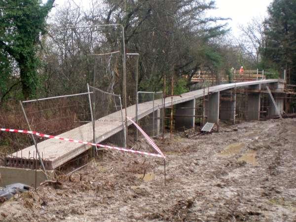 9Construction of the Boeing Walk Bridge 2015 -600