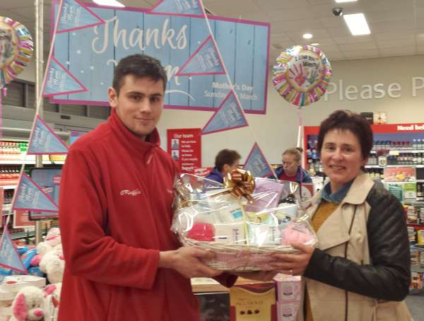 Maura O'Keeffe receives her Mother's Day Hamper Prize having been chosen the Winner in the Draw. Mark presents the splendid prize. Click on the images to enlarge. (S.R.)