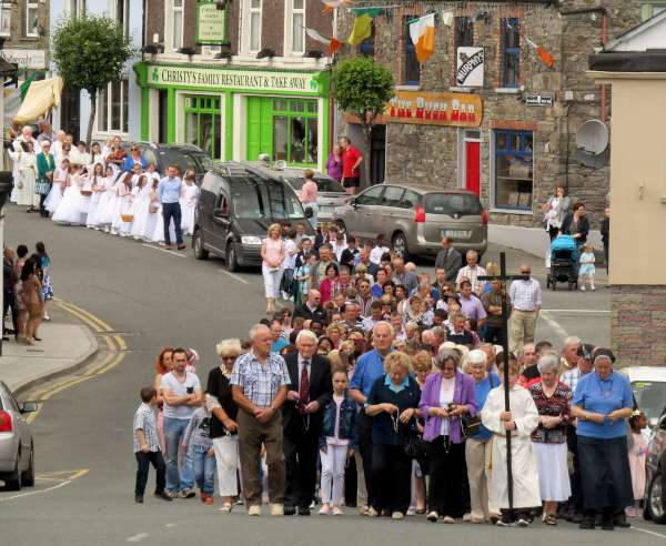 Blessed with ideal weather the 2016 Corpus Christi Procession in Millstreet was superbly well attended and was hugely impressive. Lots more images later of the very special annual occasion - here we share three of the pictures from Sunday's Procession. Click on the images to enlarge. (S.R.)