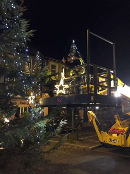 2016-11-25-putting-up-the-christmas-lights-08